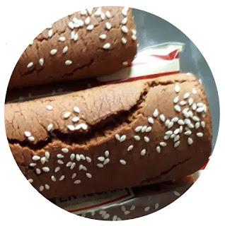 Ganjel Rel adalah roti manis berwarna cokelat yang diolah dengan bahan baku rempah-rempah, seperti cengkih, gula aren, kayu manis dan kembang lawang. Pada umumnya Ganjel Rel berbentuk balok dan bertabur wijen diatasnya. Keunikan lainnya ialah teksturnya yang tidak lembut sehingga agak alot, namun tetap nikmat. Dinamakan Ganjel Rel dikarenakan bentuknya yang besar mirip ganjel rel kereta api.