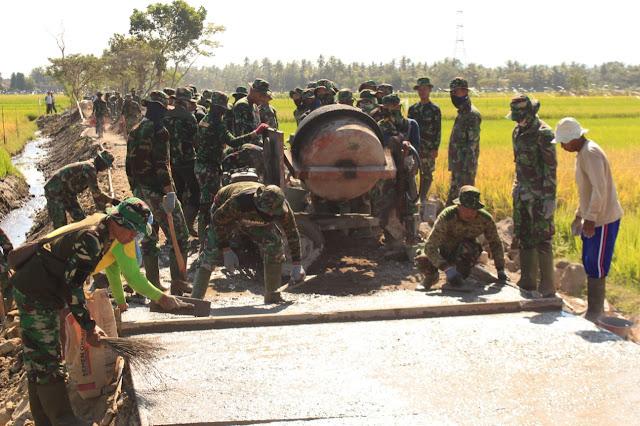 Betonisasi Jalan di Desa Jimbung Sedang Dikerjakan TNI Bersama Warga