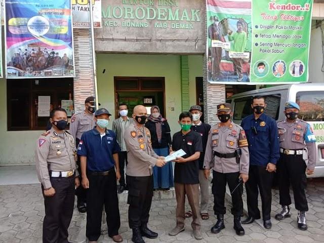 Kapolres Demak Serahkan Zakat Fitrah pada 75 KK Desa Morodemak