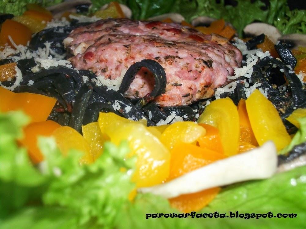 czarny makaron z mięsem mielonym i warzywami z parowaru