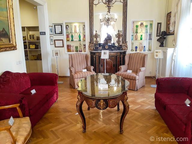 Barış Manço 81300 Müzesi: Oturma Odası, Cam Vazo Koleksiyonu ve koltuklar...
