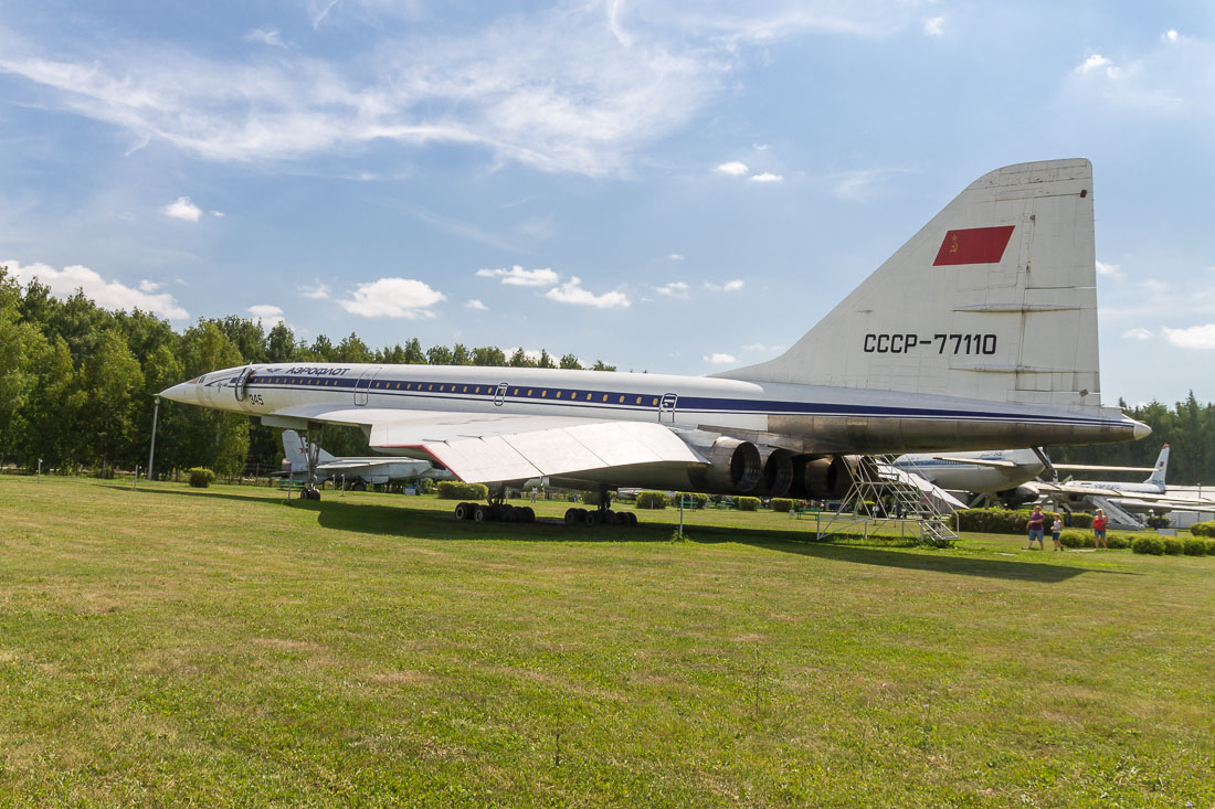 Самолёт Ту-144 сбоку