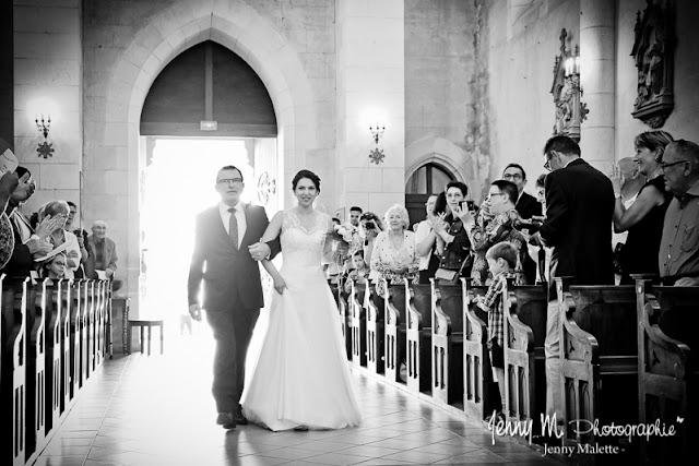 entrée de la mariée et son papa dans l'église