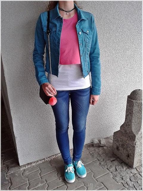 Jeansowa kurtka, różowy crop top, jegginsy, choker z perłą, wiązane tenisówki, torebka z House, breloczek z H&M