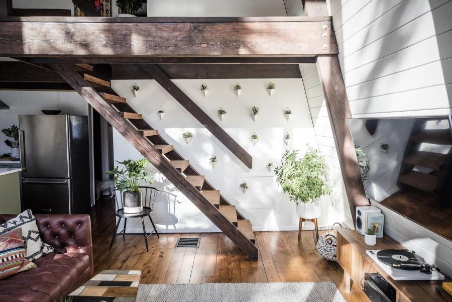 Skandynawski dom z elementami boho - wystrój wnętrz, wnętrza, urządzanie mieszkania, dom, home decor, dekoracje, aranżacje, minty inspirations, styl skandynawski, naturalne drewno, drewniana podłoga, boho, scandinavian style, otwarta przestrzeń, drewniane belki, salon, living room, pokój dzienny, skórzana kanapa, huśtawka, wiszący fotel, makrama
