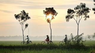 Bersepeda santai menikmati alam sekitar