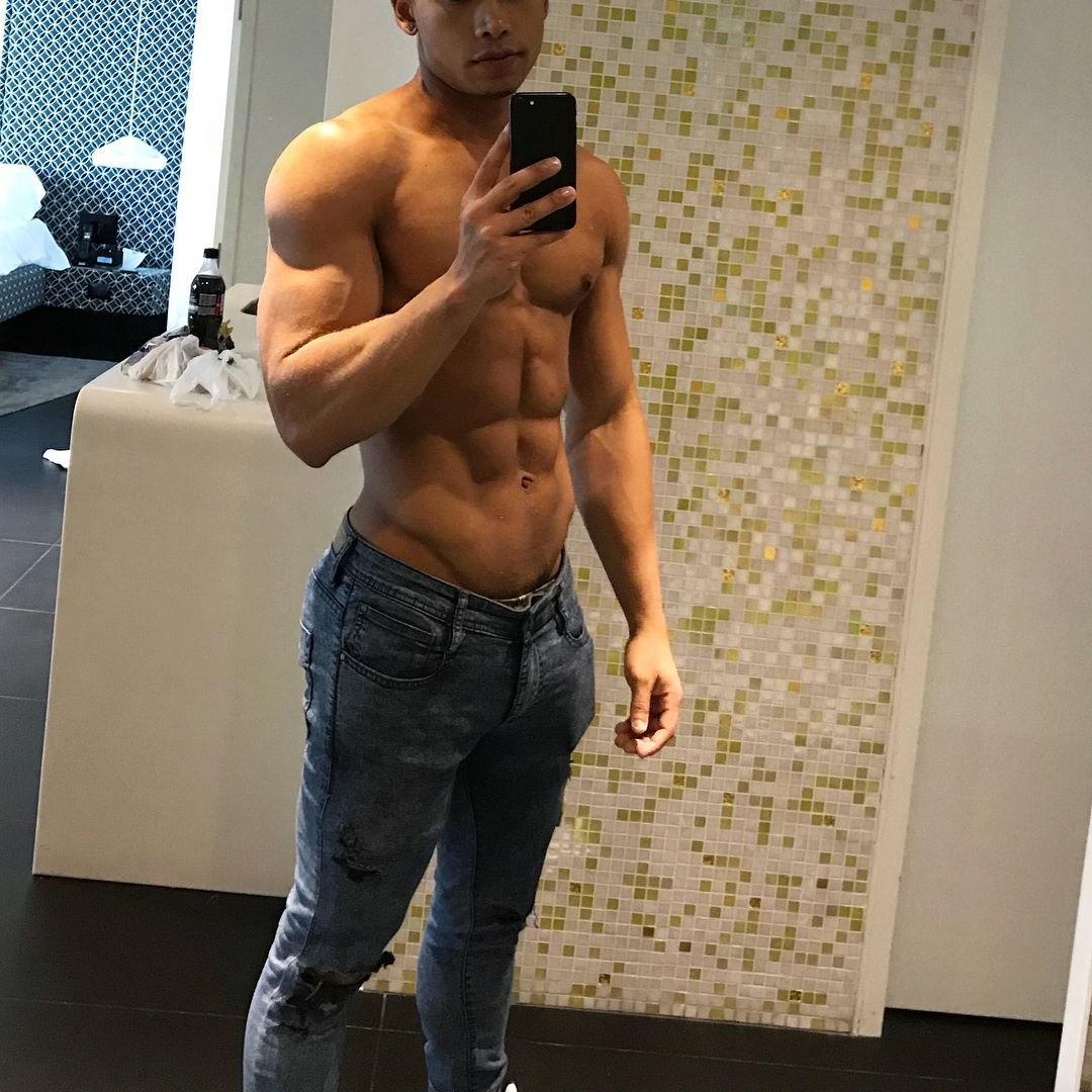 anonymous-young-fit-muscle-puertorican-latino-gay-top-hunk-sixpack-abs-skinny-jeans-grindr-profile-picture