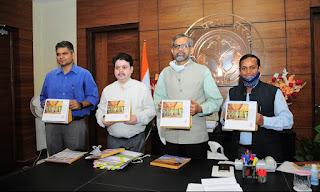 उप्र आईएएस एसोसिएशन द्वारा तैयार किये गये टेबल कैलेण्डर का मुख्य सचिव ने किया विमोचन