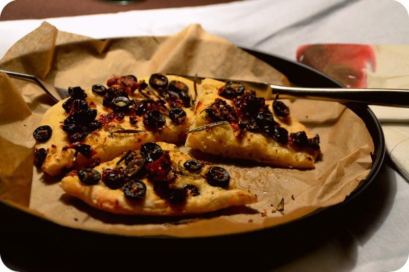 Pizzabrot mit mediterranen Kräutern