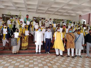 वन अधिकार पत्रों का वितरण हितग्राहियों को किया गया