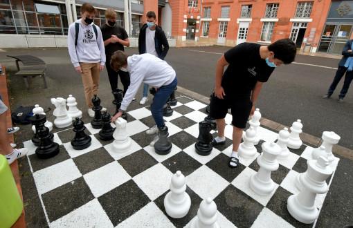 Un groupe de lycéens joue aux échecs lors d'une permanence - Photo © Nathalie Saint-Affre