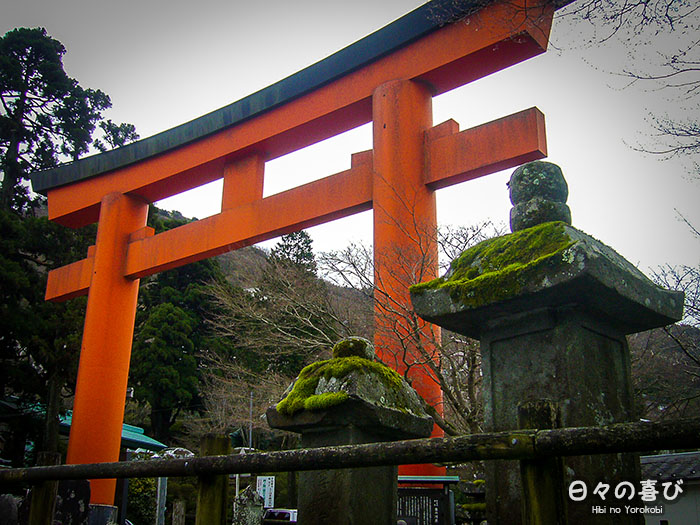contre plongée torii vu depuis le sanctuaire