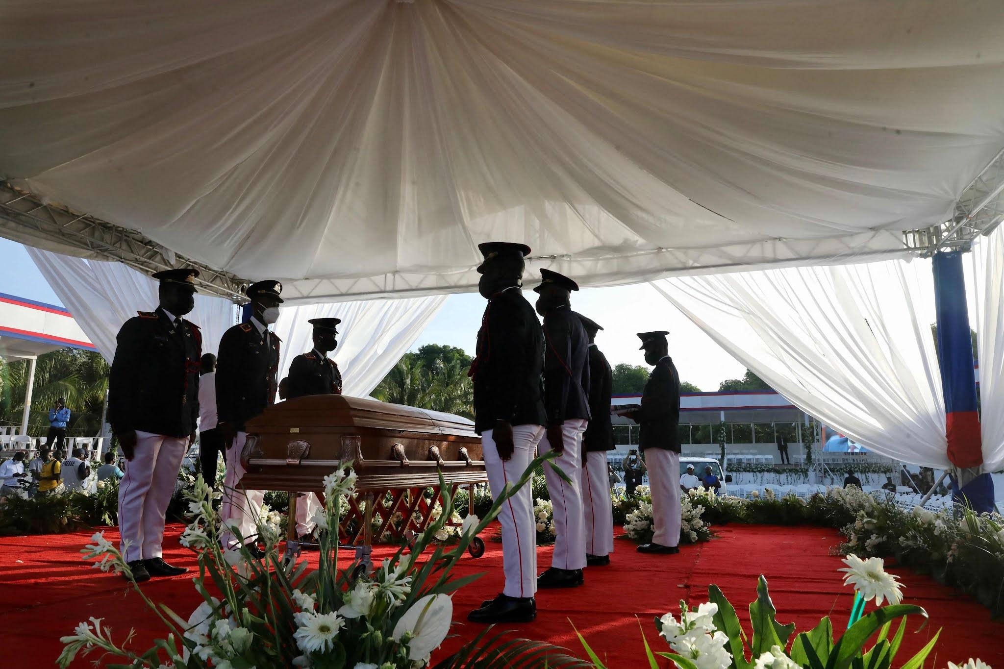 Haití: las delegaciones de la ONU y EEUU abandonaron el funeral de Jovenel Moise al escucharse varios disparos