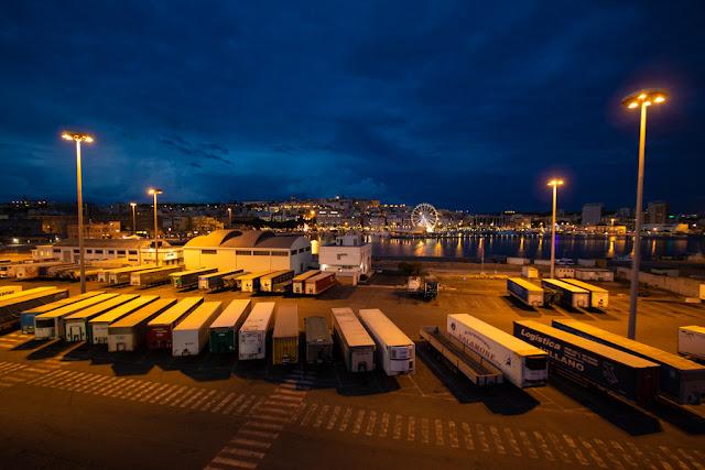 Cagliari di notte vista dal mare/porto