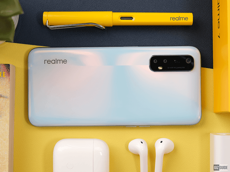 realme 7 has a pretty back with a shiny sheen and metal frame