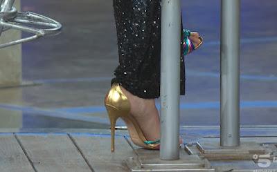 Elenoire Casalegno piedi scarpe tacchi color oro Avanti Un Altro 9 maggio