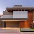 Fachada de casa contemporânea cinza com porta painel ripado de madeira e vidro refletivo!