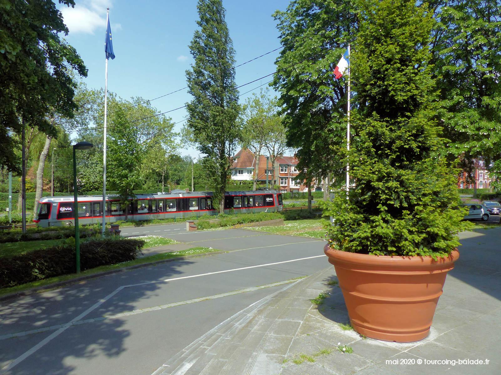 Tramway face à la mairie de Mouvaux, 2020