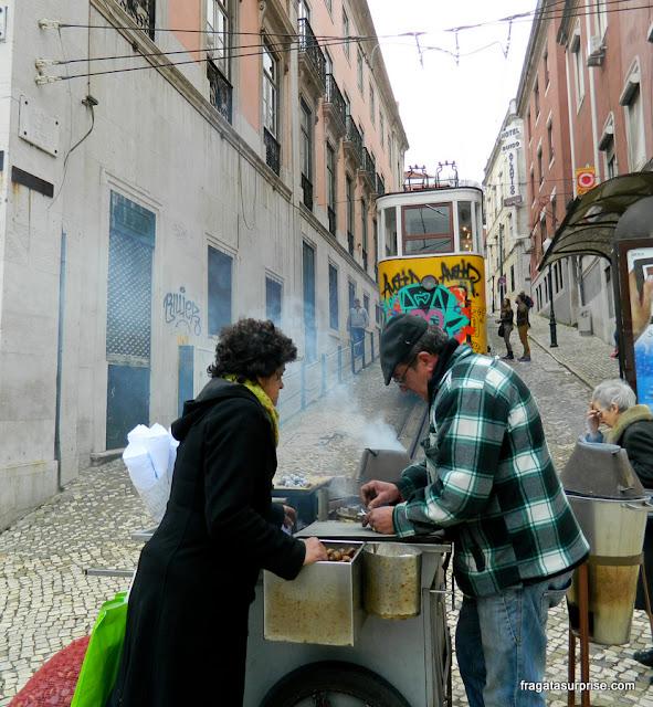 Carrocinha de castanhas assadas em frente ao Elevador da Glória, em Lisboa