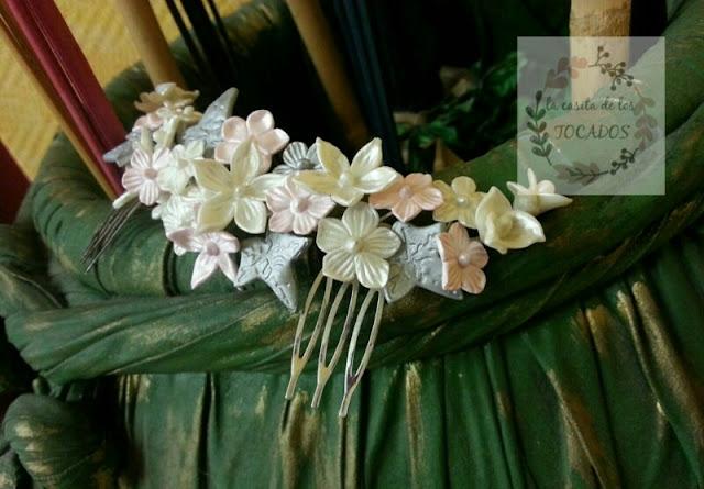 peineta de porcelana artesanal para novia en blanco, plata y rosa claro