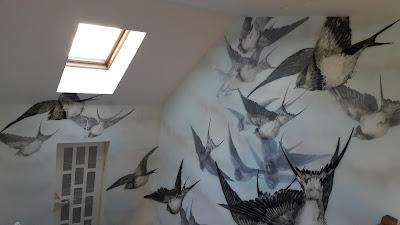 Malowanie lecących jaskółek na ścianie, abstrakcyjny obraz do nowoczesnego wnętrza, aranżacja klatki schodowej, mural