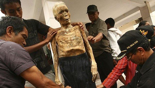 mayat leluhur dipakaikan pakaian baru
