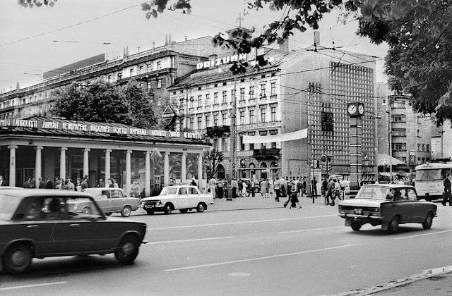Рига. Угол улицы Ленина и бульвара Падомью. Часы без привычной ныне шоколадной символики