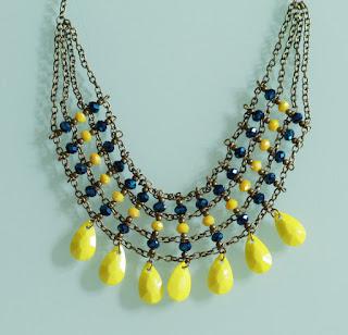 https://www.alittlemarket.com/collier/fr_plastron_bleu_et_jaune_a_breloques_modele_unique_-19155655.html