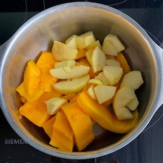 Morceaux de mangue et pomme avant cuisson
