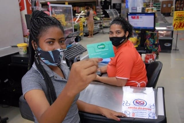 Estudantes da rede estadual recebem a quarta parcela do vale-alimentação estudantil