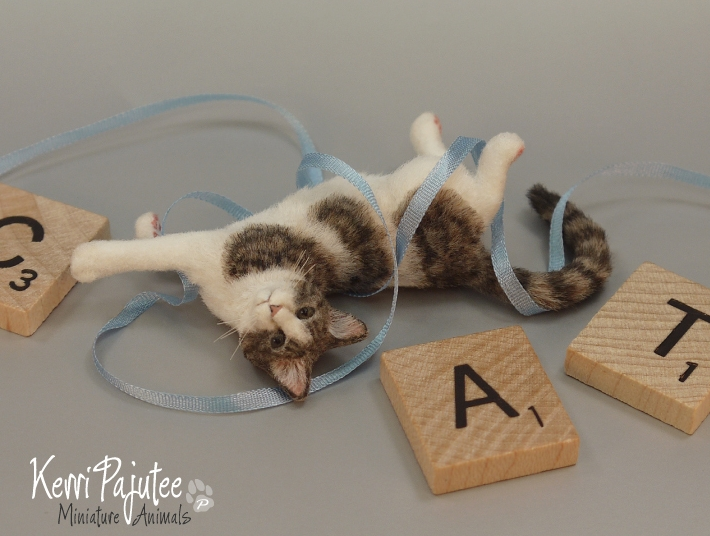 03-Cat-Kerri-Pajutee-Miniature-Sculpture-that-look-Real-www-designstack-co