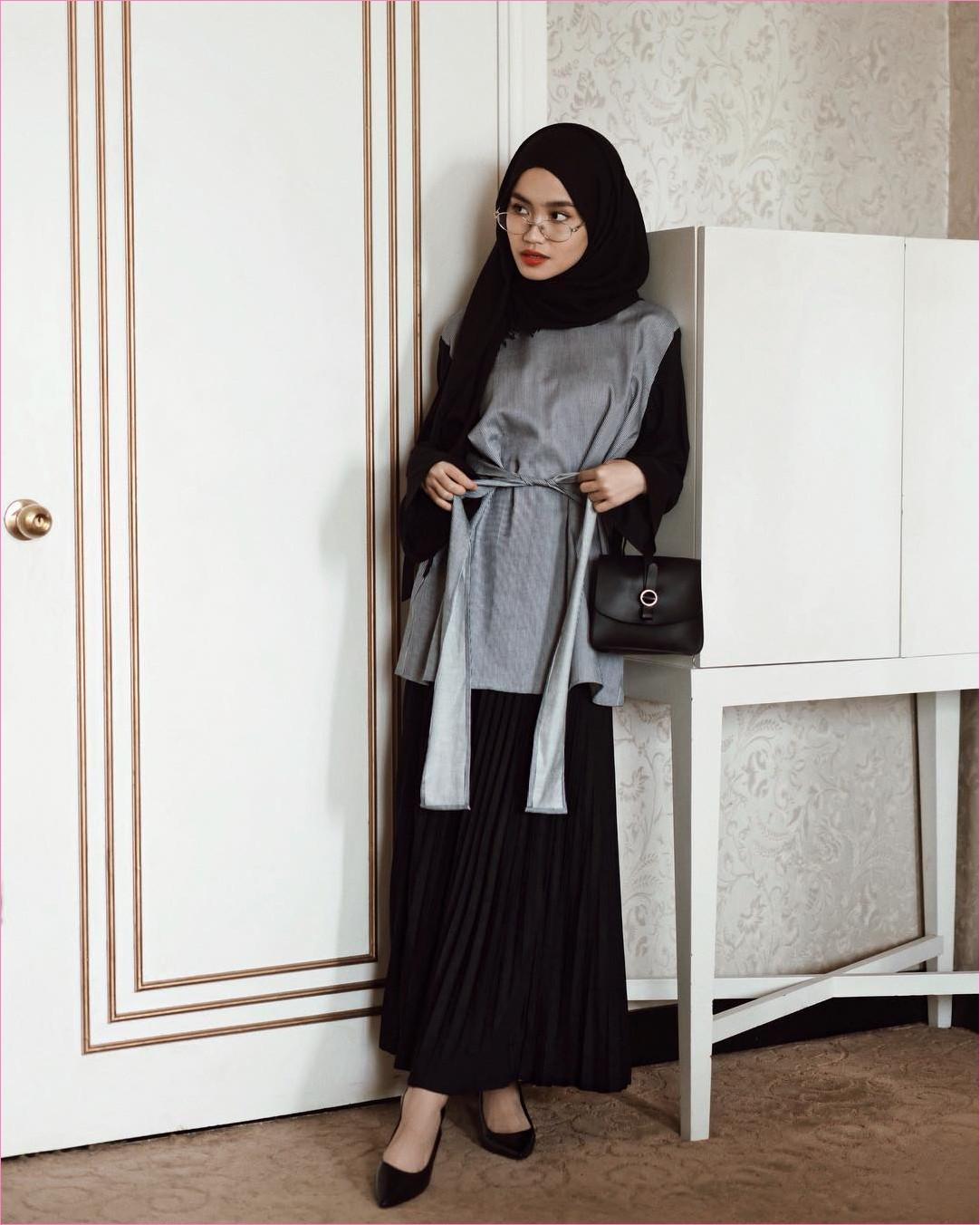 Outfit Rok Untuk Hijabers Ala Selebgram 2018 broomstick skirt wedges high heels hijab pashmina rawis slingbags hitam top blouse outer abu kacamata bulat putih ootd trendy