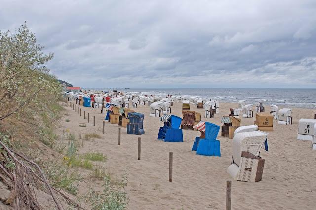 kosze wiklinowe, plaża po niemieckiej stronie granicy polskiej