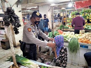 Menyelusuri lorong Pasar Tradisional, Polres Pelabuhan Makassar Antisipasi Penyebaran Covid 19