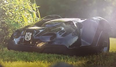 Husqvarna Automower 330X ute i gröngräset