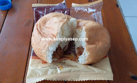 UNBOXING :  Begitu dibuka dua sama besar terlihatlah sensasi isi dalam sang roti yang menggoda selera kita. Hiheiheie.  Foto Asep Haryono