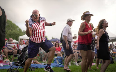 Billy Klaus, dari Hammond, menari selama Perayaan Hari Kemerdekaan Danau di Mandeville Lakefront di Mandeville, Louisiana, AS, 4 Juli 2021. REUTERS
