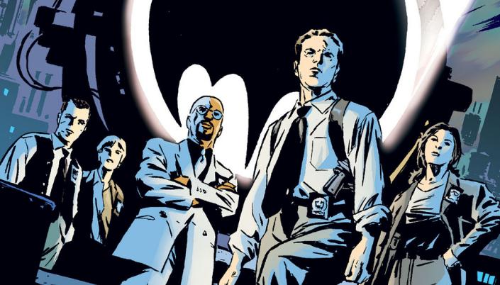 Imagem: os personagens da HQ, Gotham P.D., vários investigadores policiais em ternos, ao lado do Bat-Sinal, com os prédios e telhados em azul ao fundo.
