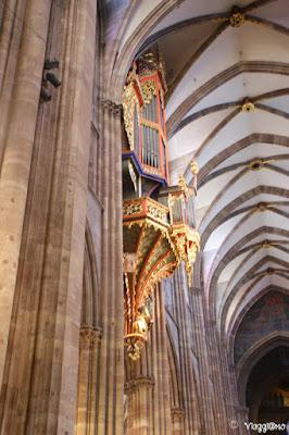 Gli interni e l'organo centrale della Cattedrale di Strasburgo