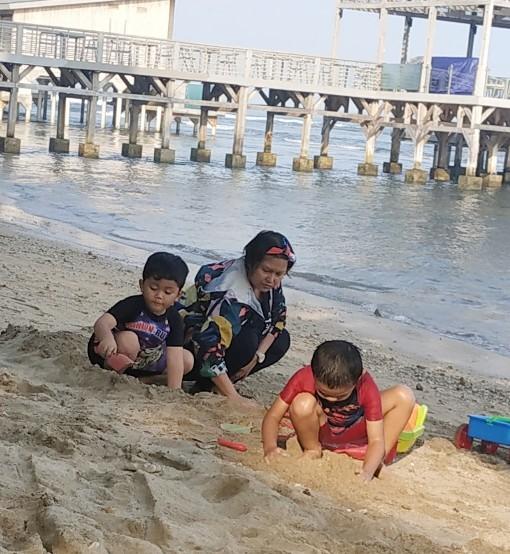 tips traveling ke pantai bersama anak
