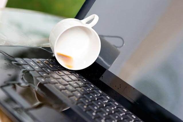 Menumpahkan Cairan Pada Laptop - Kebiasaan Sehari-Hari Yang Merusak Laptop