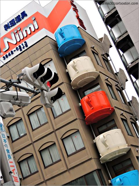 Edificio con Tazas de Terrazas en Kappabashi-Dori, Tokio