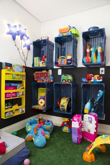 Organizando brinquedos com cestos de feira