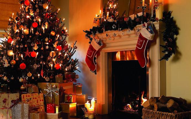 Kerstboom, cadeautjes en open haard