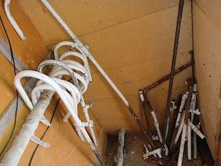 Noņemtās ūdensapgādes sistēmas daļas krājas noliktavā. Liela daļa detaļu tiek izmantota citu pieslēgumu remontiem.