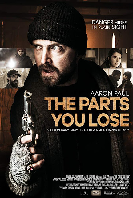 Poster de The Parts You Louse con el actor Aaron Paul con una pistola y cuatro escenas de la película de fondo