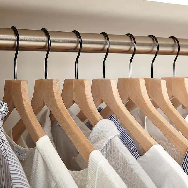 sử dụng móc gỗ để treo quần áo