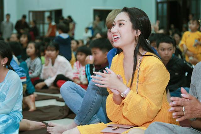 Cao Mỹ Kim xúc động trao hơn 800 phần quà cho người nghèo - Ảnh 1