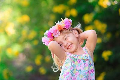 girl-wearing-flower-hair-band-on-her-head