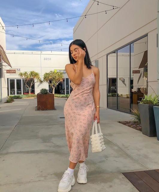 outfit con vestido largo y tenis blancos